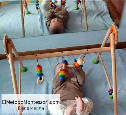 Habitación Montessori con Espejo y Juegos de Estimulación para Bebés