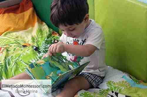 Lectura en los Niños en su Habitación Montessori